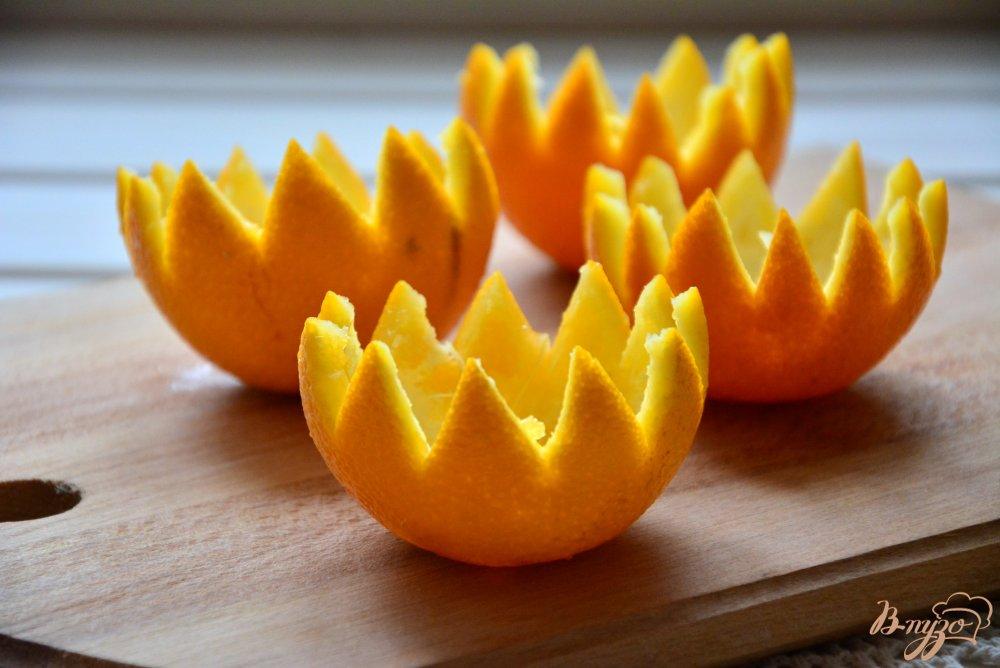 Фото приготовление рецепта: Пикантный салат в апельсиновой корзиночке шаг №2