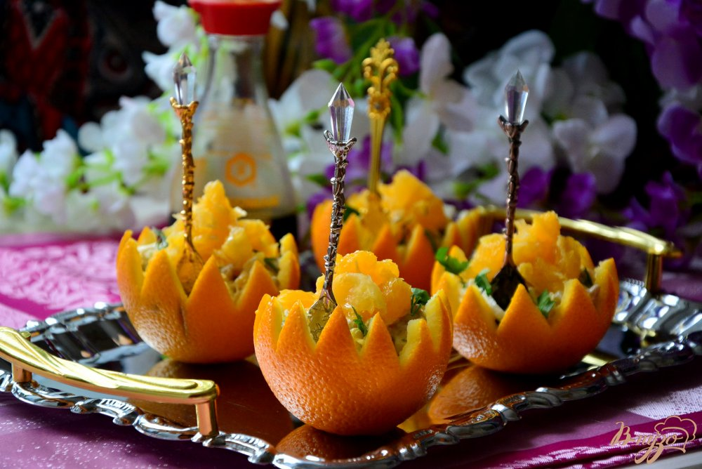 Фото приготовление рецепта: Пикантный салат в апельсиновой корзиночке шаг №9