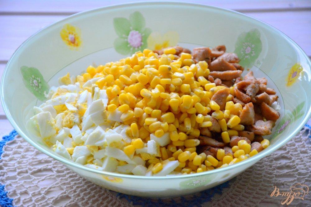 Фото приготовление рецепта: Пикантный салат в апельсиновой корзиночке шаг №7