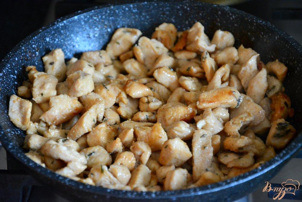 Фото приготовление рецепта: Пикантный салат в апельсиновой корзиночке шаг №5