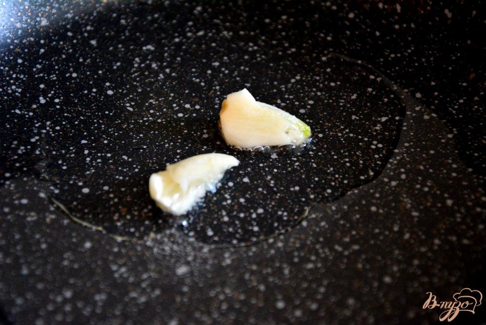 Фото приготовление рецепта: Пикантный салат в апельсиновой корзиночке шаг №4
