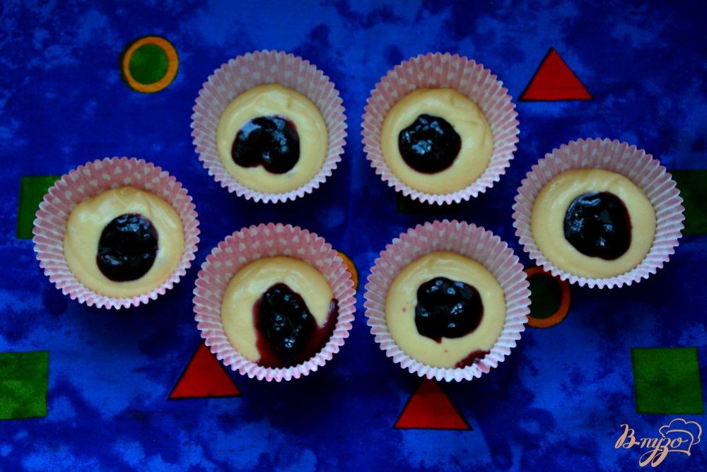 Фото приготовление рецепта: Капкейки с джемом  и шапочкой из сливок шаг №4