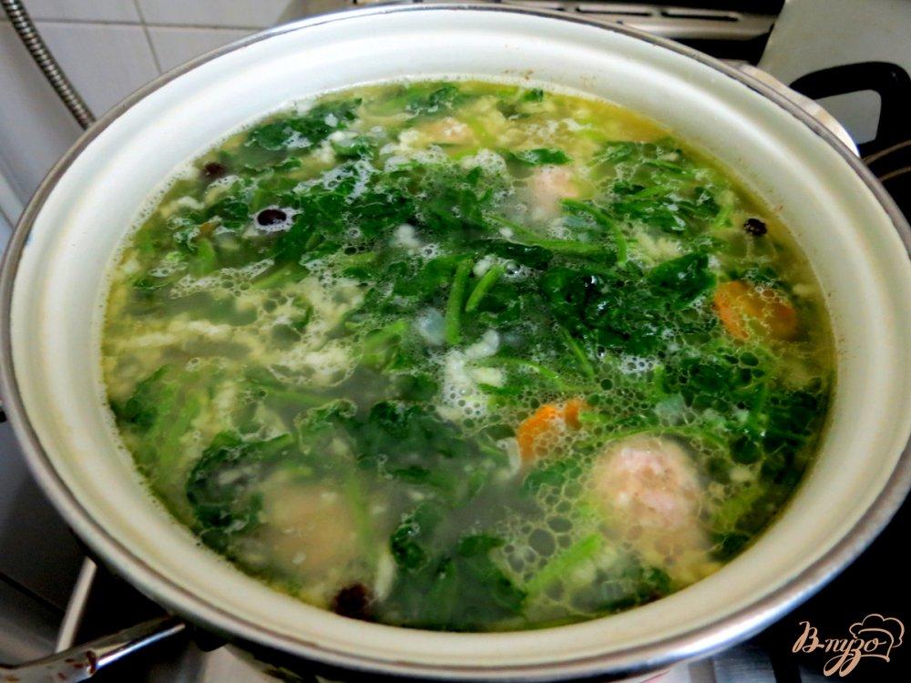 Фото приготовление рецепта: Суп с фрикадельками и шпинатом шаг №10