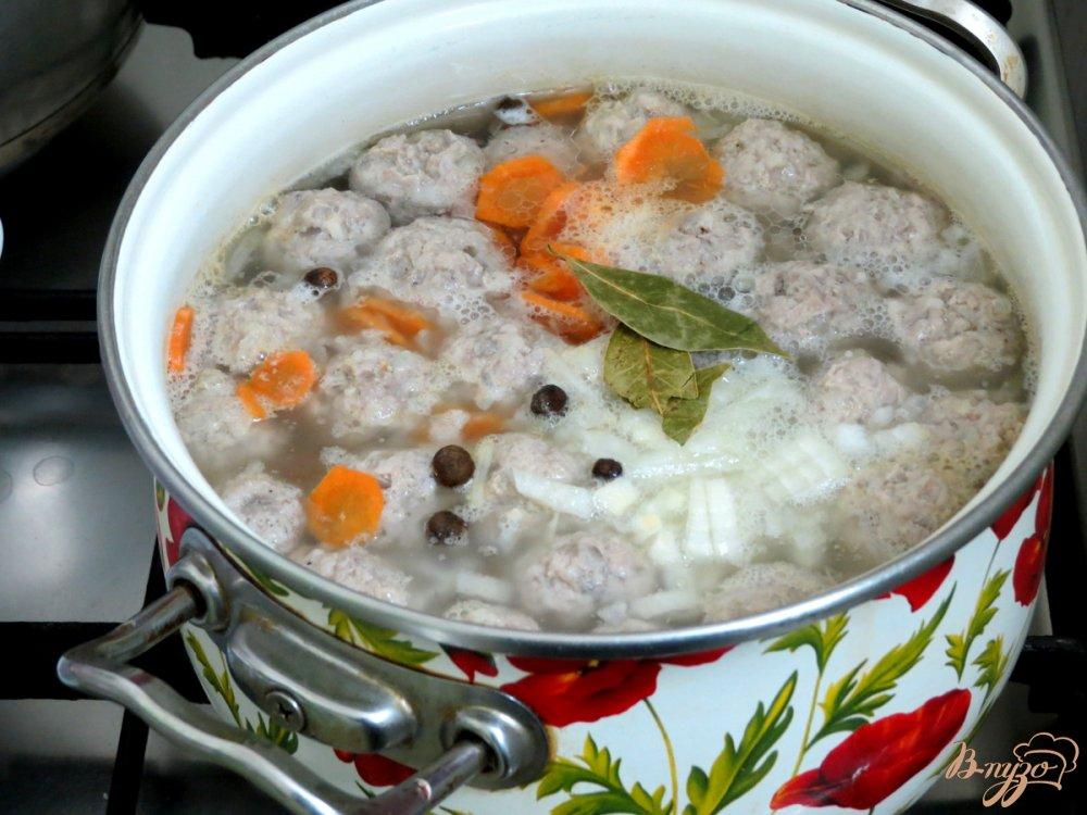 Фото приготовление рецепта: Суп с фрикадельками и шпинатом шаг №7
