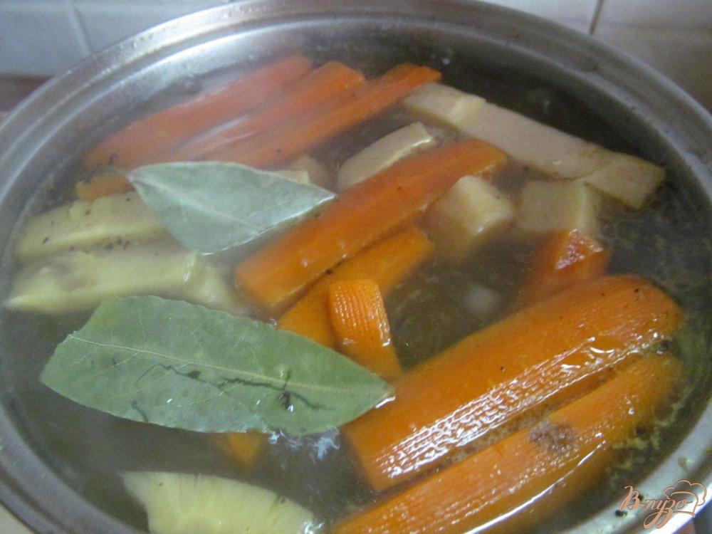 Фото приготовление рецепта: Суп на свиных костях с клецками из манки шаг №7