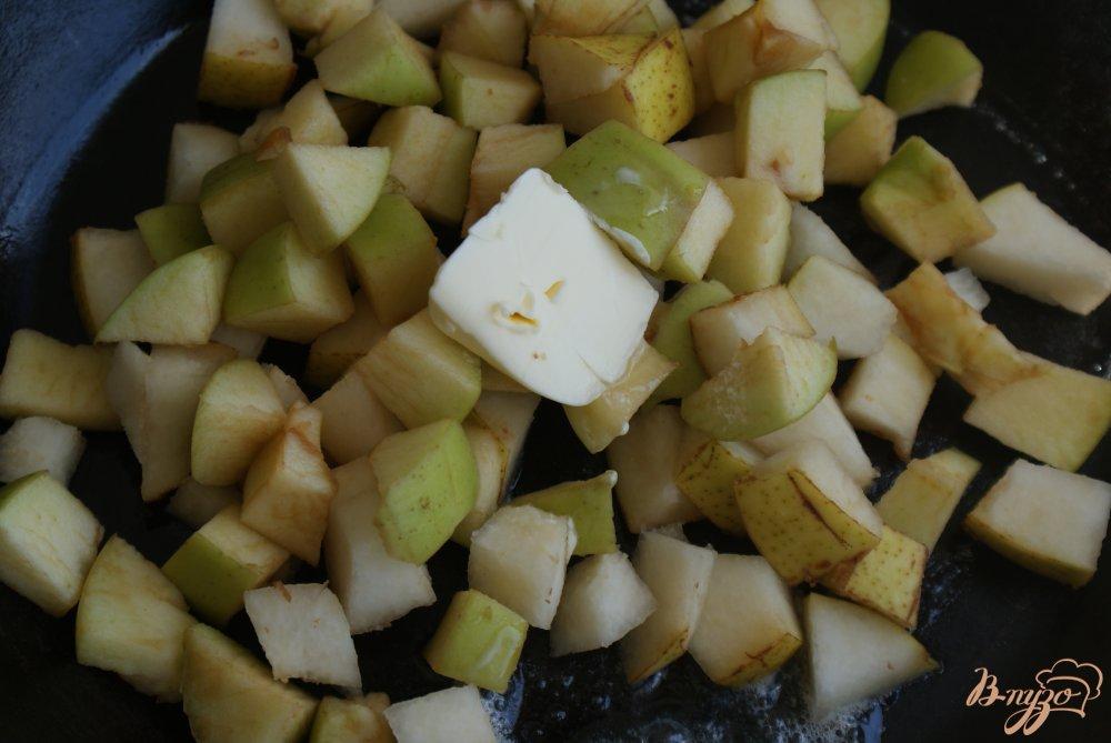 Фото приготовление рецепта: Блинчики с карамелизованными фруктами шаг №7