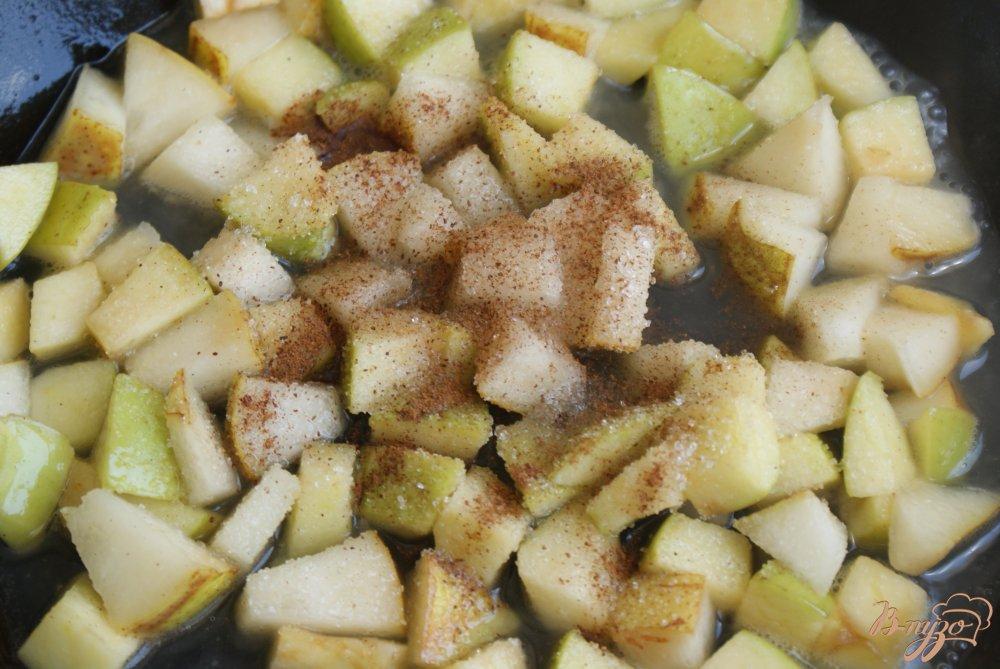 Фото приготовление рецепта: Блинчики с карамелизованными фруктами шаг №8