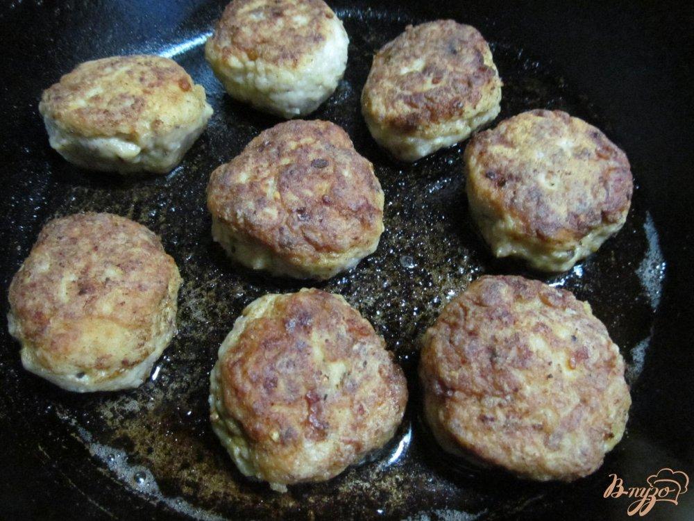 Фото приготовление рецепта: Фрикадельки с сыром и арахисом в сметанном соусе шаг №6