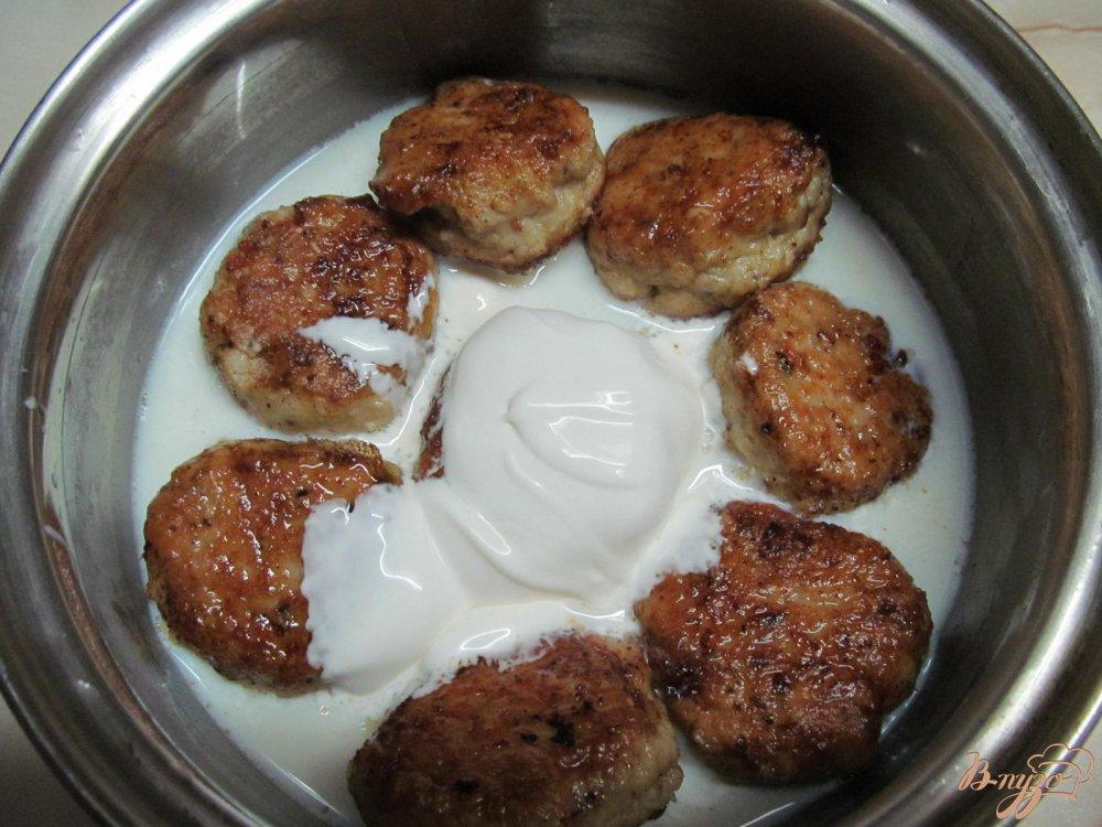 Фото приготовление рецепта: Фрикадельки с сыром и арахисом в сметанном соусе шаг №7