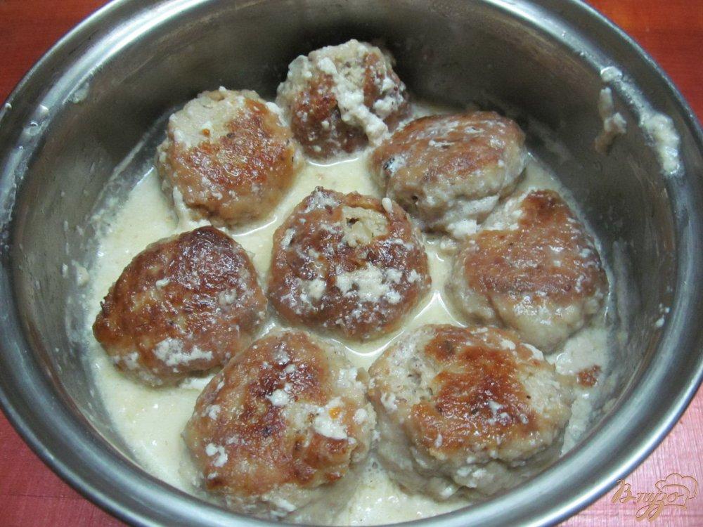 Фото приготовление рецепта: Фрикадельки с сыром и арахисом в сметанном соусе шаг №8