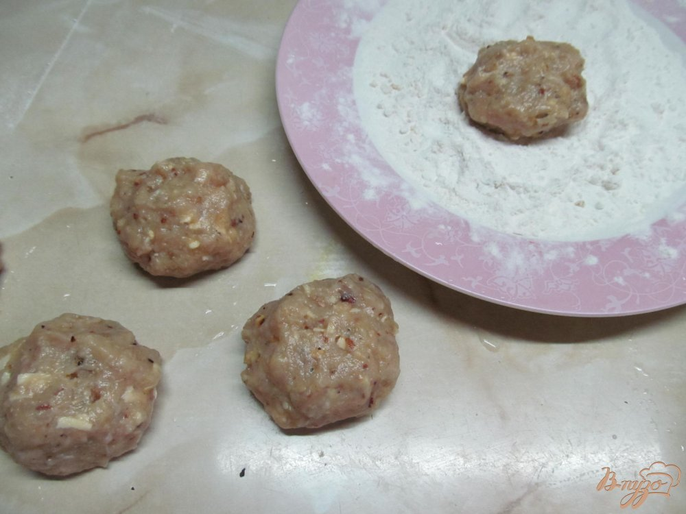 Фото приготовление рецепта: Фрикадельки с сыром и арахисом в сметанном соусе шаг №5