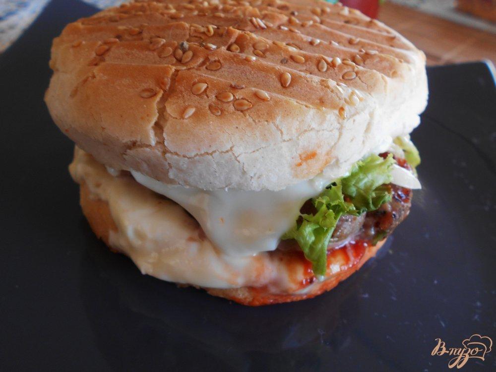 Фото приготовление рецепта: Бургер с говяжьей котлетой шаг №7