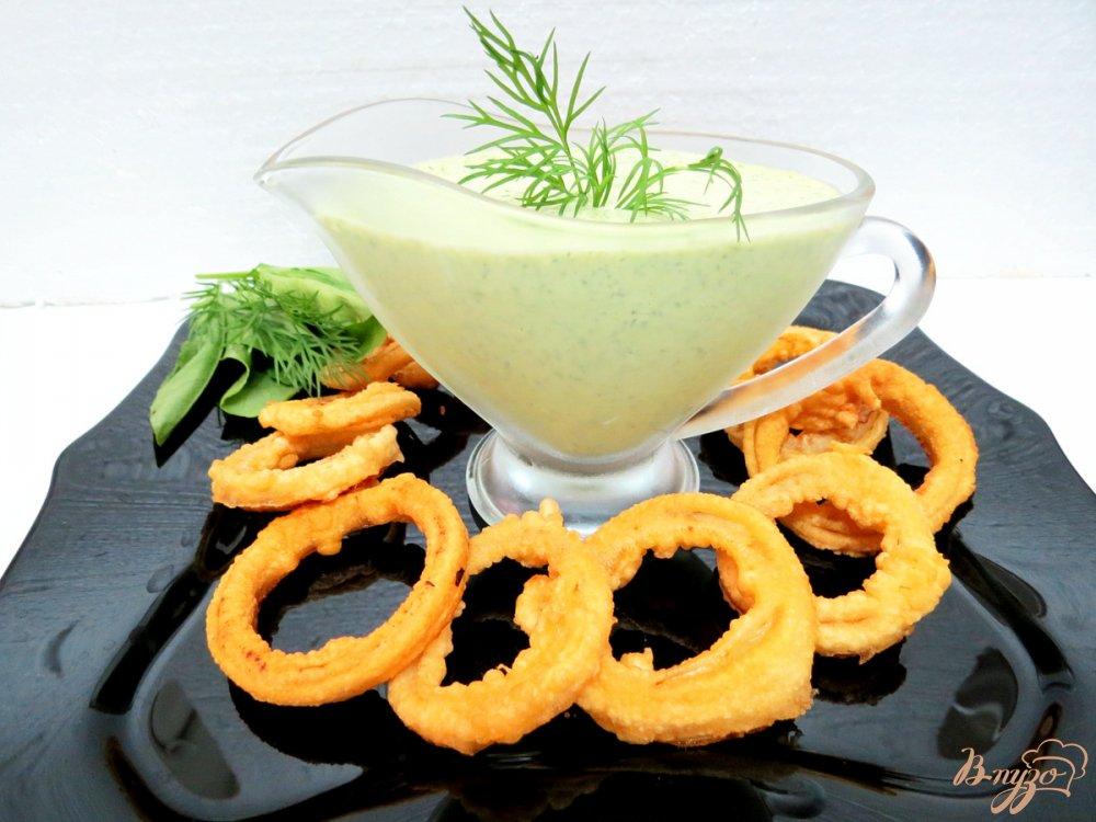 Фото приготовление рецепта: Луковые кольца с зелёным соусом шаг №9