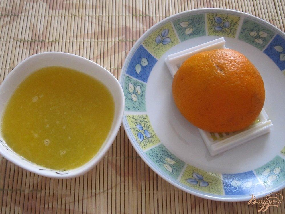 Фото приготовление рецепта: Бананово-апельсиновый коктейль шаг №4