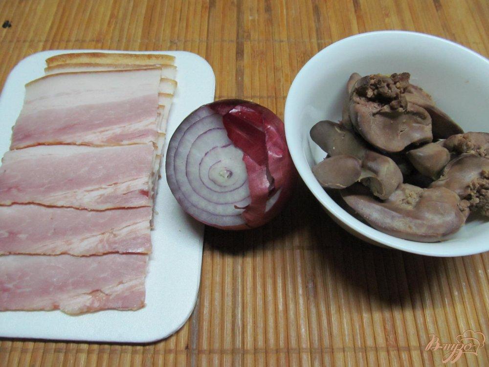 Фото приготовление рецепта: Куриная печень в беконе шаг №2