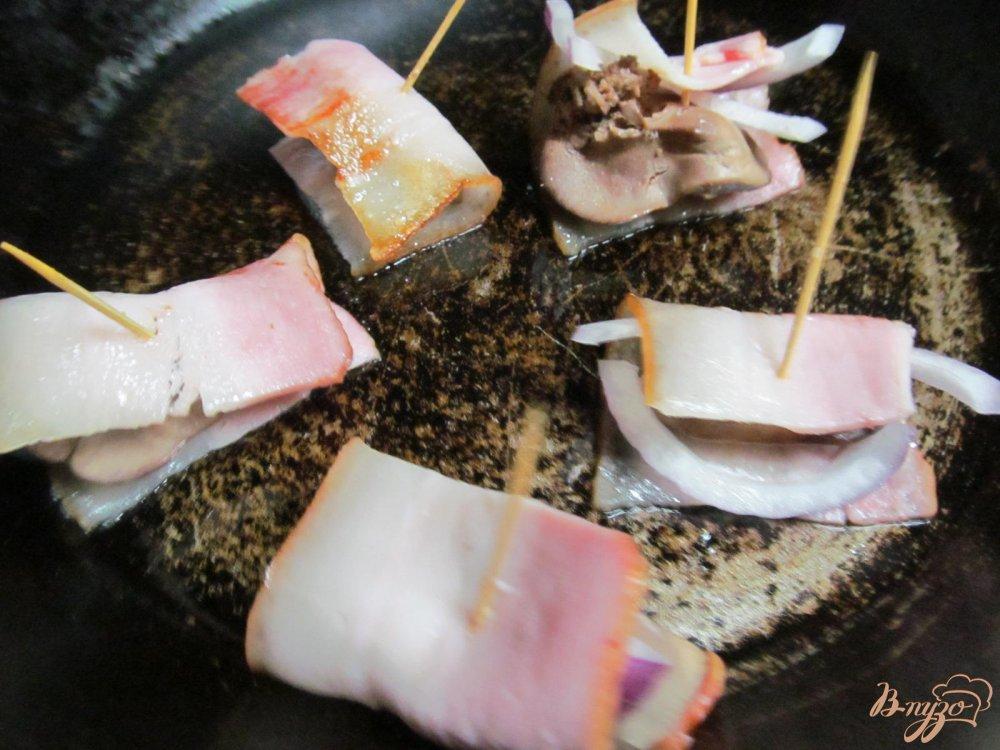 Фото приготовление рецепта: Куриная печень в беконе шаг №4