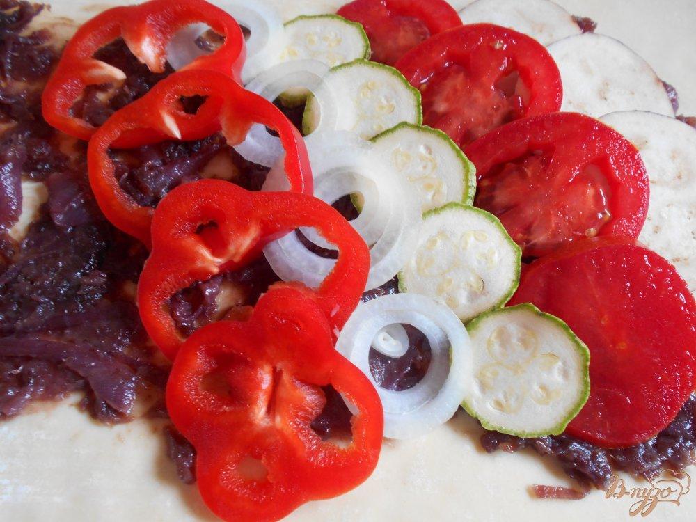 Фото приготовление рецепта: Пирог с овощами и луковым мармеладом шаг №8
