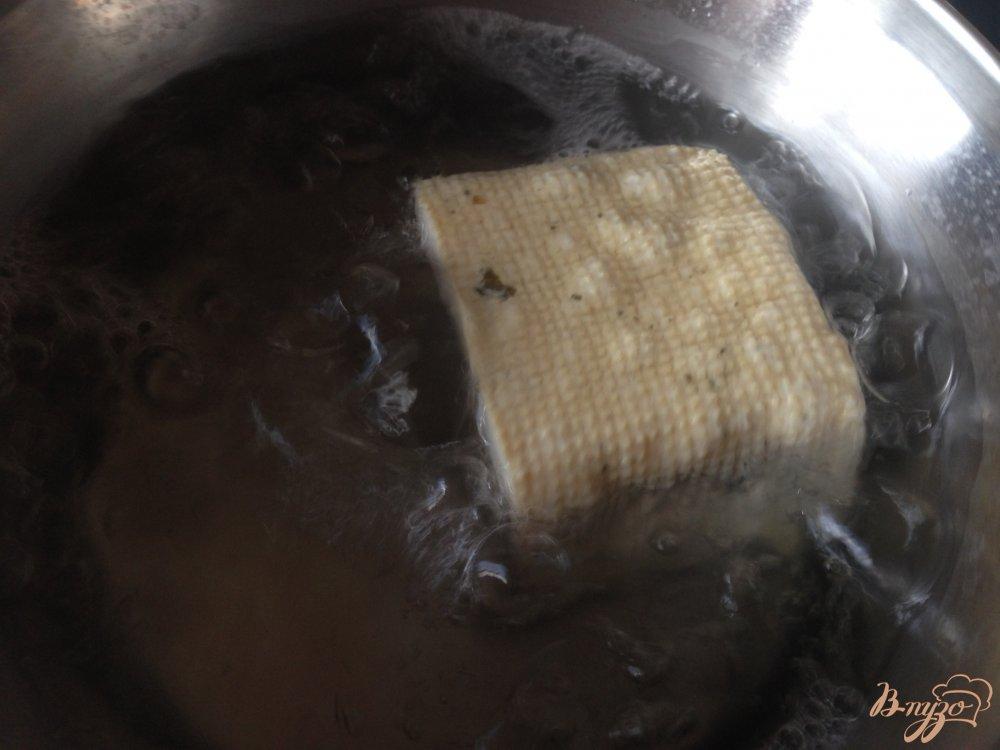 Фото приготовление рецепта: Макароны с тофу и оливками шаг №3