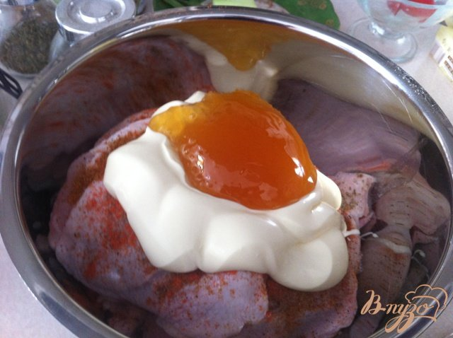 Фото приготовление рецепта: Куриные бедрышки в майонезе и мёде шаг №3