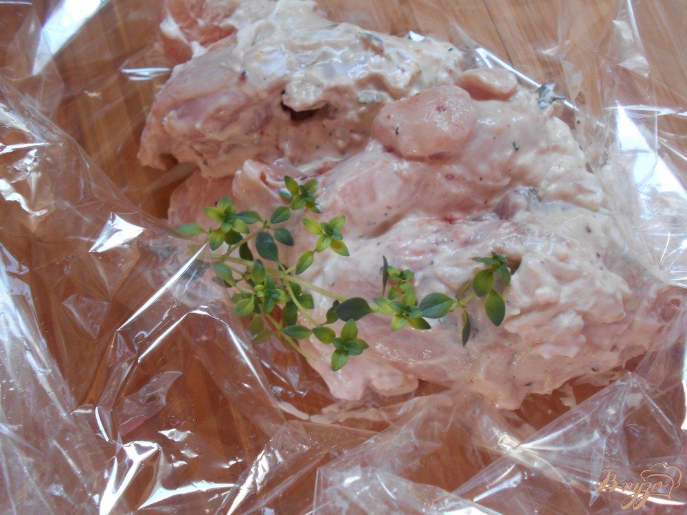 Фото приготовление рецепта: Куриные окорочка в йогуртово-лимонном маринаде с картофелем шаг №6