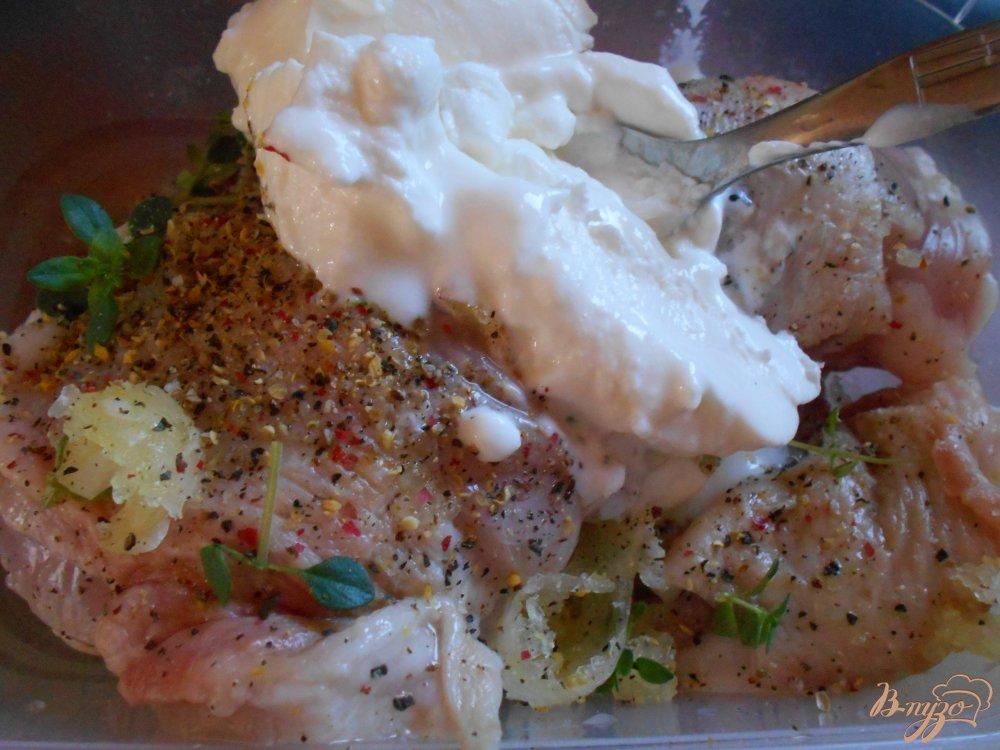 Фото приготовление рецепта: Куриные окорочка в йогуртово-лимонном маринаде с картофелем шаг №4