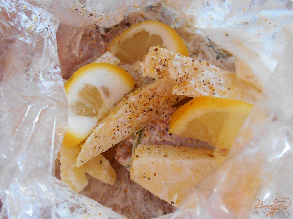 Фото приготовление рецепта: Куриные окорочка в йогуртово-лимонном маринаде с картофелем шаг №9