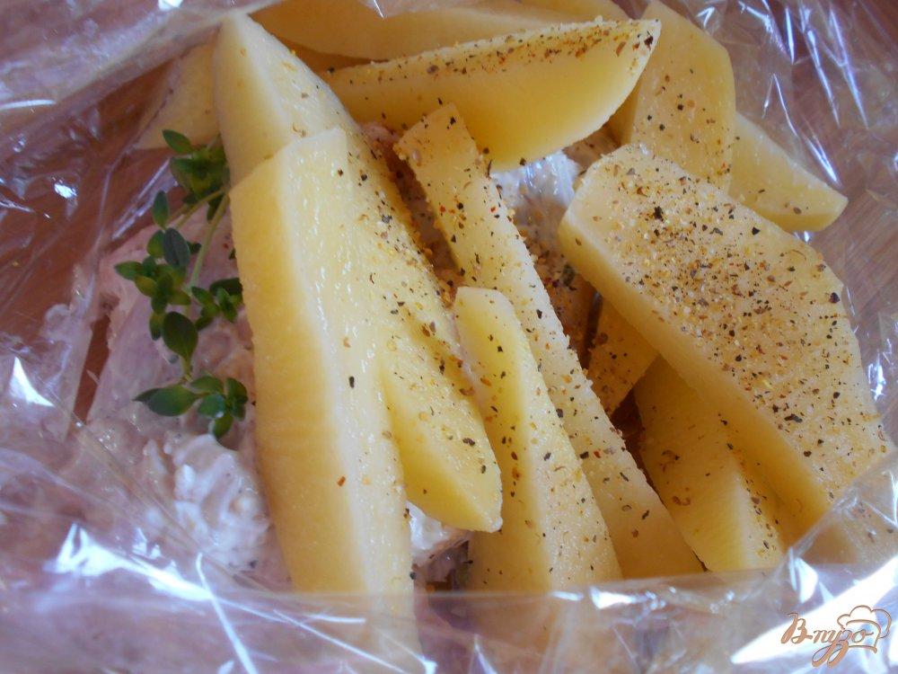 Фото приготовление рецепта: Куриные окорочка в йогуртово-лимонном маринаде с картофелем шаг №8