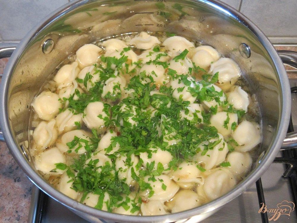 Фото приготовление рецепта: Суп с пельменями шаг №7