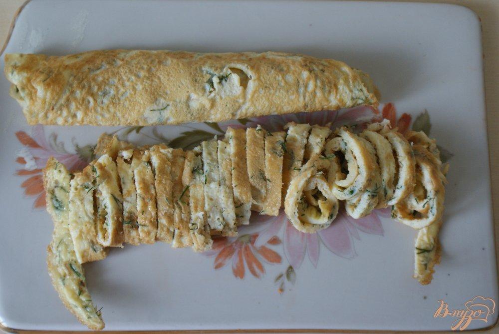Фото приготовление рецепта: Суп с яичными блинчиками на курином бульоне шаг №4
