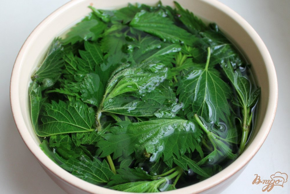 Фото приготовление рецепта: Зеленый суп с крапивой и шпинатом шаг №4