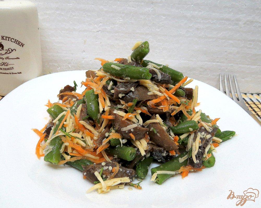 Фото приготовление рецепта: Салат со спаржевой фасолью и грибами шаг №8