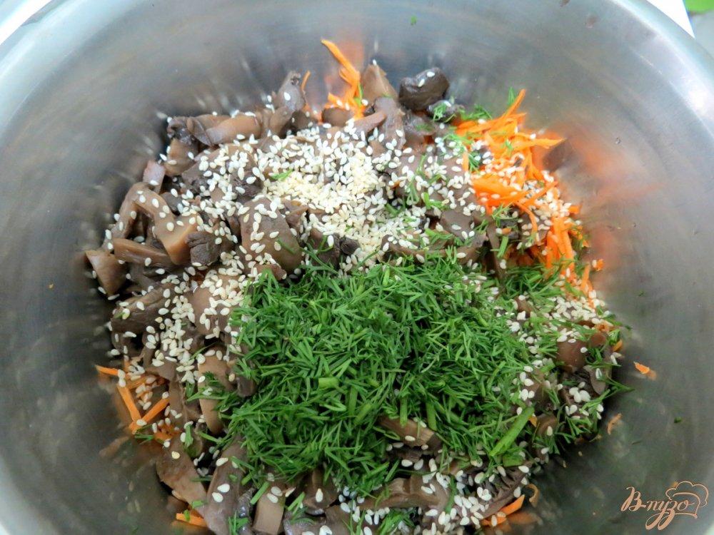 Фото приготовление рецепта: Салат со спаржевой фасолью и грибами шаг №5