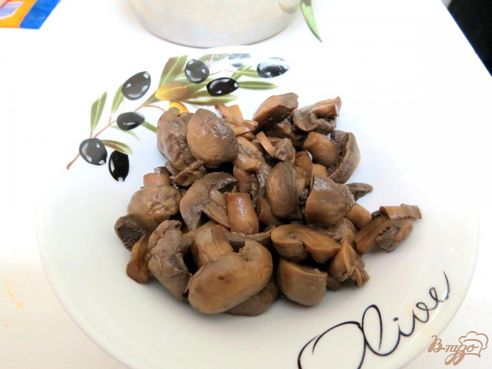 Фото приготовление рецепта: Салат со спаржевой фасолью и грибами шаг №3