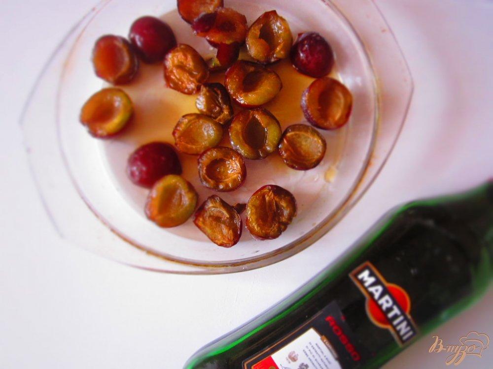 Фото приготовление рецепта: Запеченные сливы с ванильным мороженным шаг №2