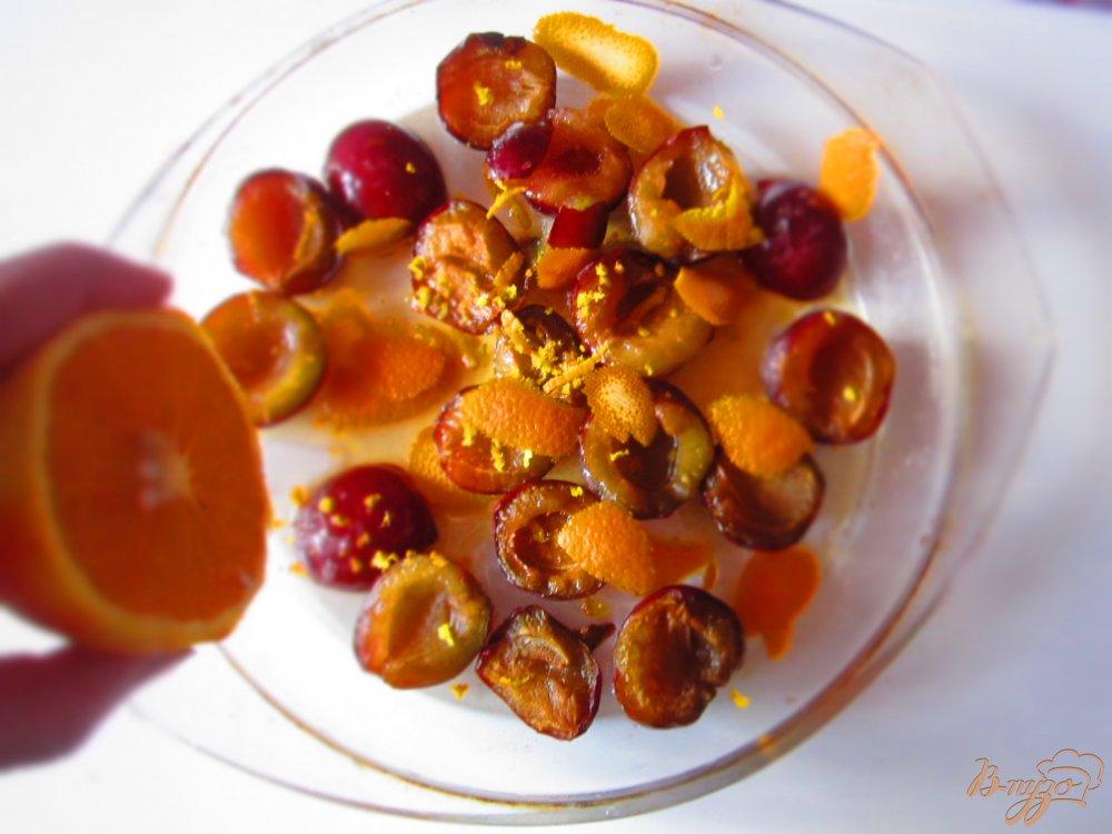 Фото приготовление рецепта: Запеченные сливы с ванильным мороженным шаг №3