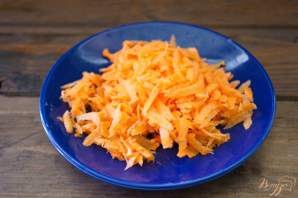 Фото приготовление рецепта: Легкий рыбно-картофельный суп с консервами шаг №4