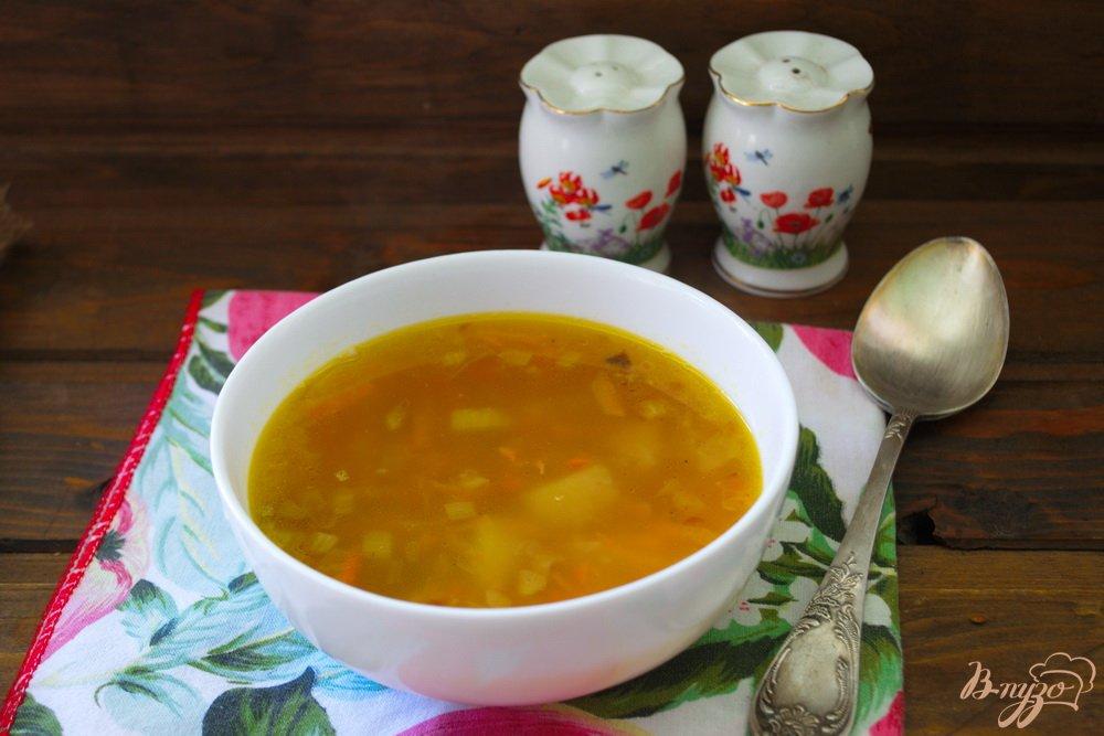 Фото приготовление рецепта: Легкий рыбно-картофельный суп с консервами шаг №8