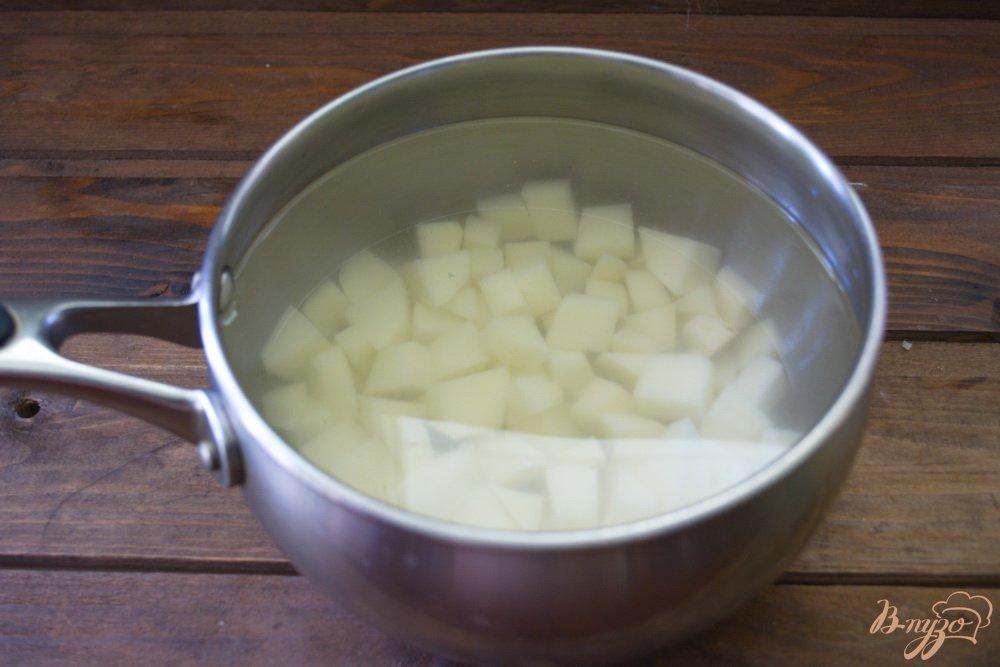 Фото приготовление рецепта: Легкий рыбно-картофельный суп с консервами шаг №2
