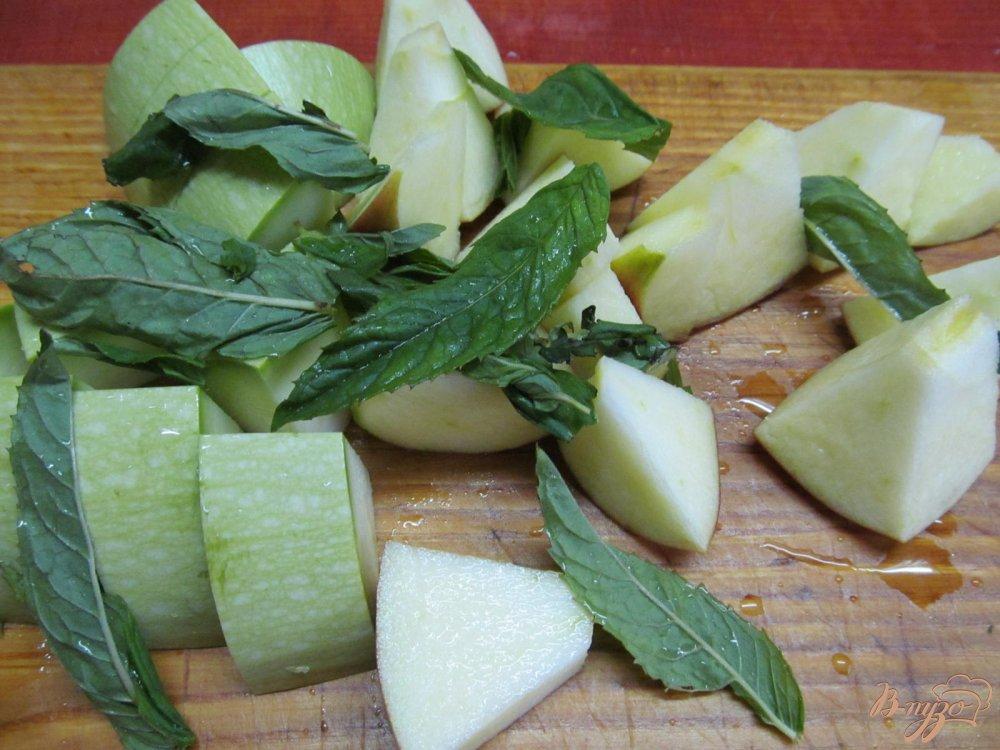 Фото приготовление рецепта: Смузи из яблока и кабачка шаг №2