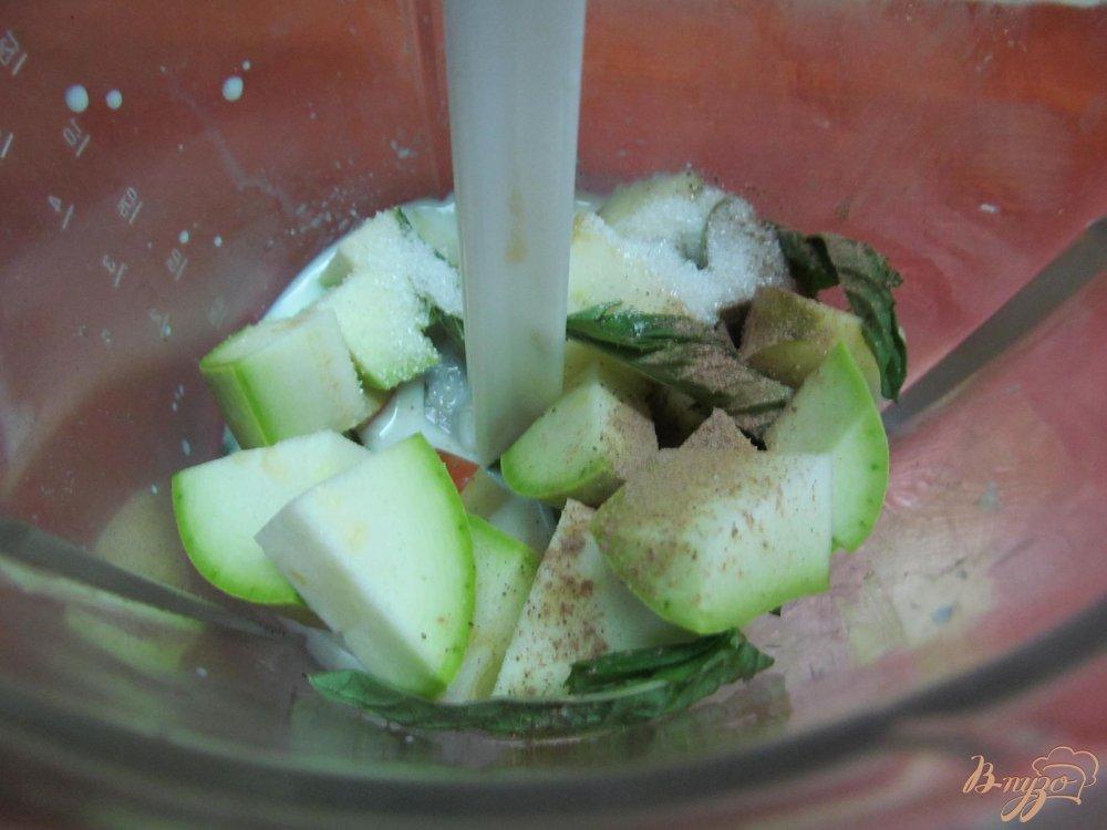 Фото приготовление рецепта: Смузи из яблока и кабачка шаг №3