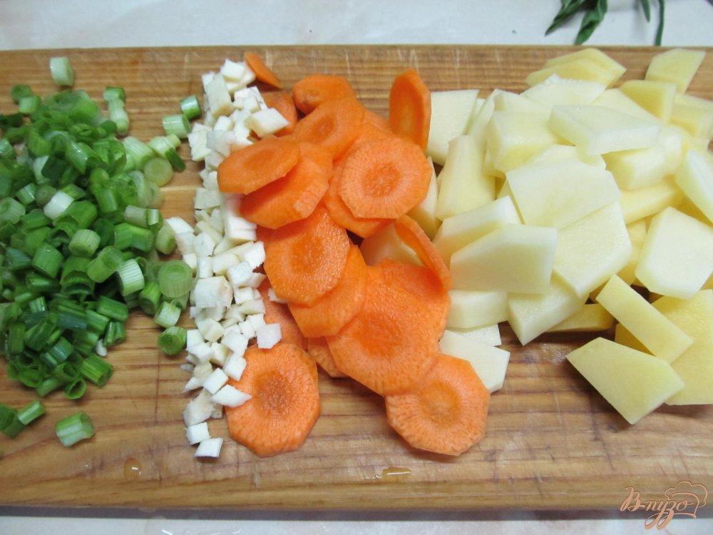 Фото приготовление рецепта: Легкий суп с капустой и грибами шаг №3
