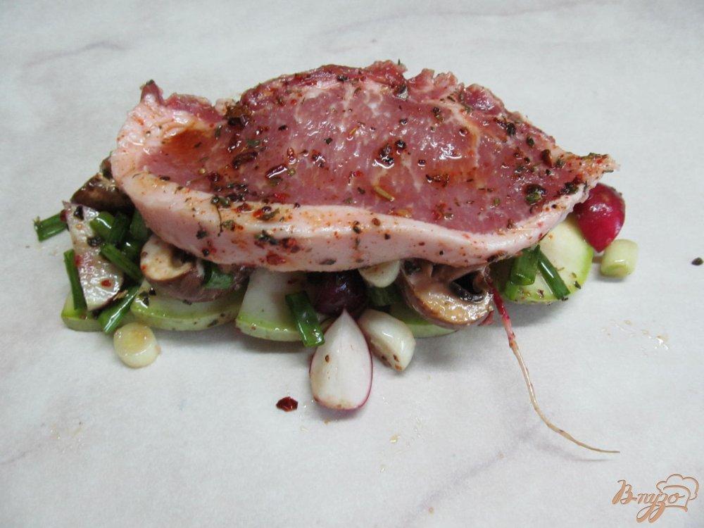 Фото приготовление рецепта: Свиной стейк с овощами в пергаменте шаг №6