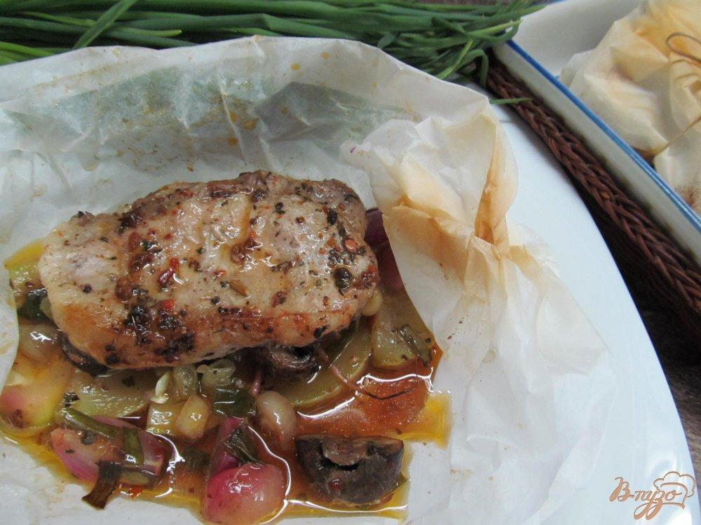 Фото приготовление рецепта: Свиной стейк с овощами в пергаменте шаг №9