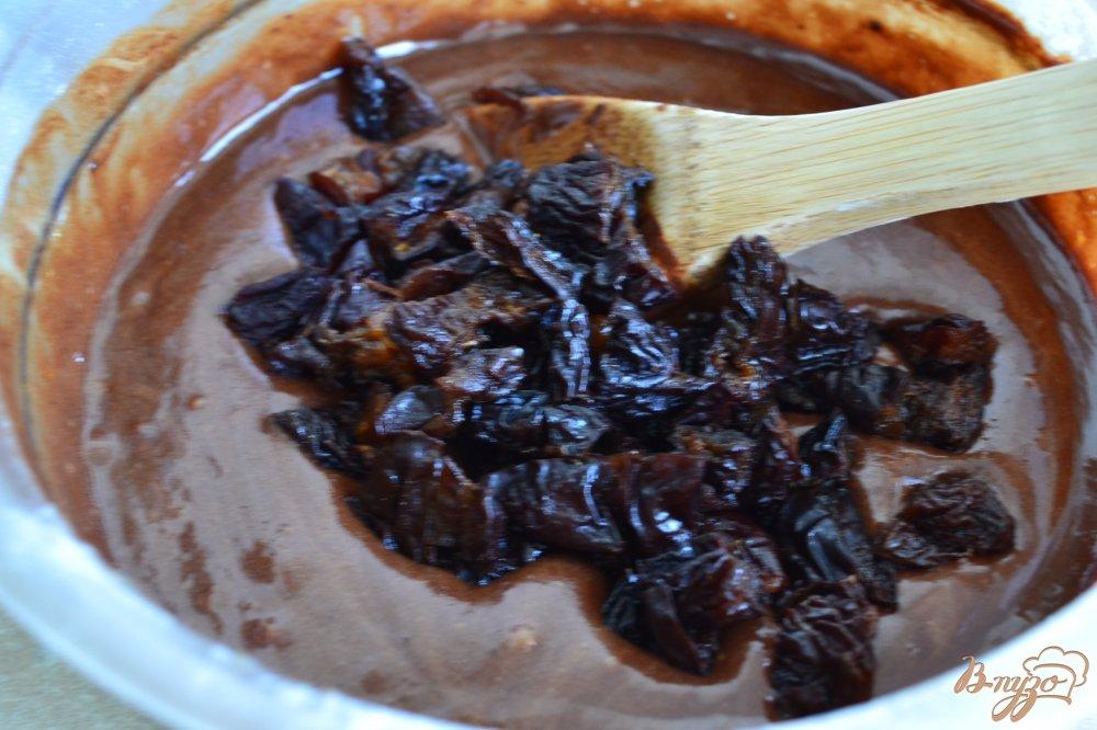 Фото приготовление рецепта: Шоколадный пирог с черносливом шаг №6