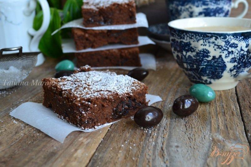 Фото приготовление рецепта: Шоколадный пирог с черносливом шаг №9