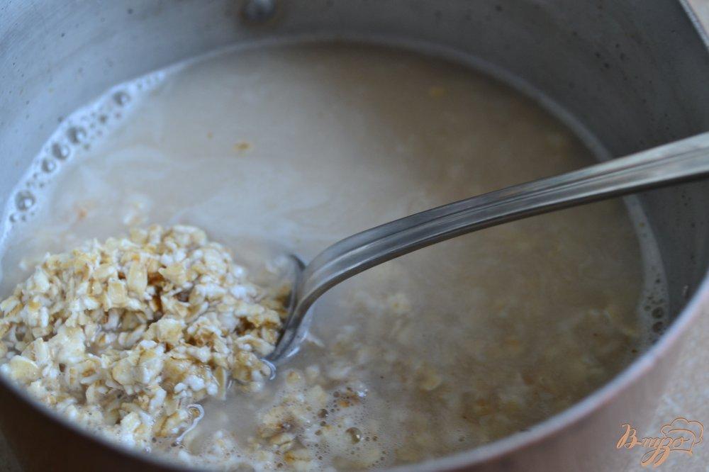 Фото приготовление рецепта: Овсяная каша с изюмом и кусочками апельсина шаг №1
