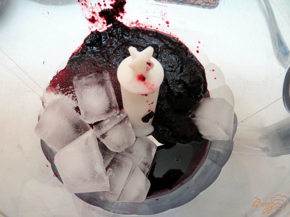 Фото приготовление рецепта: Смузи из консервированной черники шаг №2
