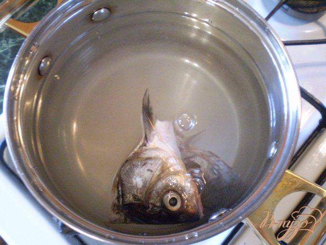 Фото приготовление рецепта: Суп с голов рыбных с манкой шаг №2