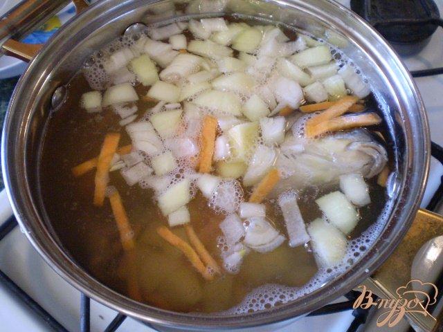 Фото приготовление рецепта: Суп с голов рыбных с манкой шаг №5