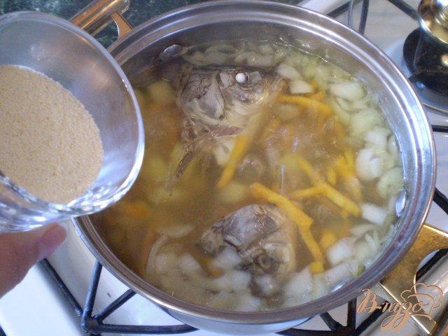 Фото приготовление рецепта: Суп с голов рыбных с манкой шаг №6